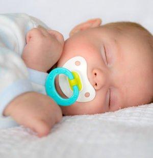 Baby Schläft Nur Mit Brust Im Mund
